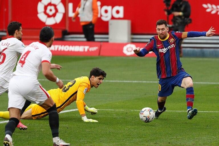 Lionel Messi de Barcelona anota un gol durante un partido de fútbol de la Liga española entre Sevilla y Barcelona
