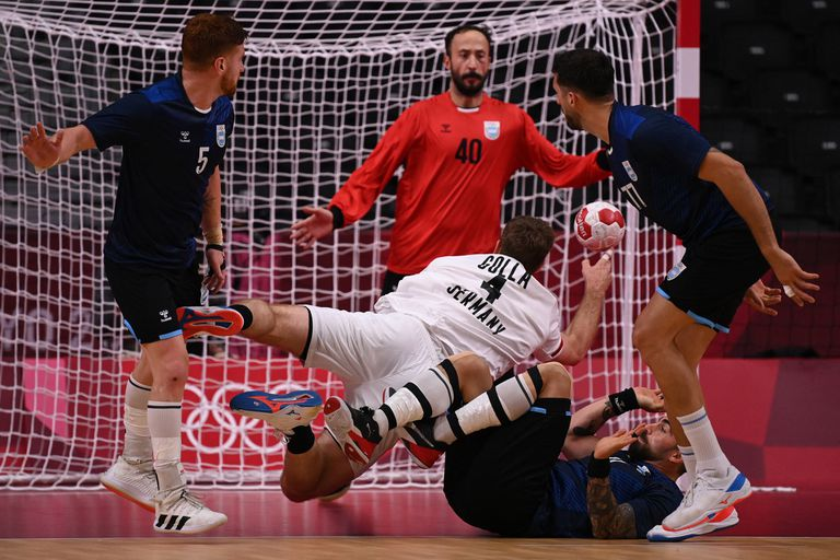 El pivote de Alemania Johannes Golla busca el arco durante el partido del Grupo A de la Ronda Preliminar Masculina entre Argentina y Alemania de los Juegos Olímpicos de Tokio 2020 en el Estadio Nacional Yoyogi