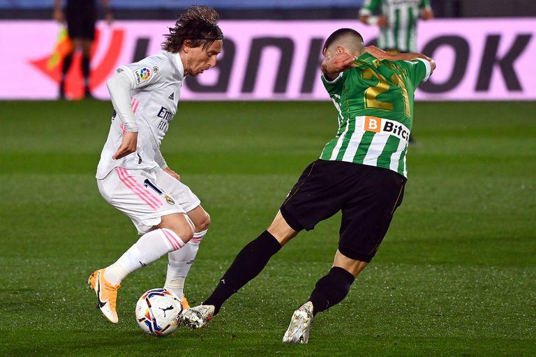 Ahora en Betis, usa la camiseta 21: en la foto, Guido Rodríguez marca a Luka Modric, de Real Madrid.