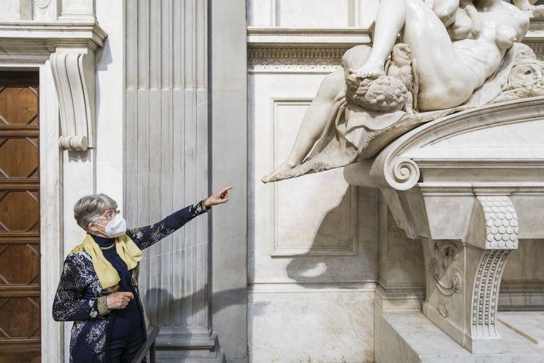Monica Bietti, exdirectora del Museo de las Capillas de los Medici, que trabajó para limpiar y restaurar la capilla, señala la escultura alegórica de Miguel Ángel de la Noche en la Capilla de los Medici en Florencia