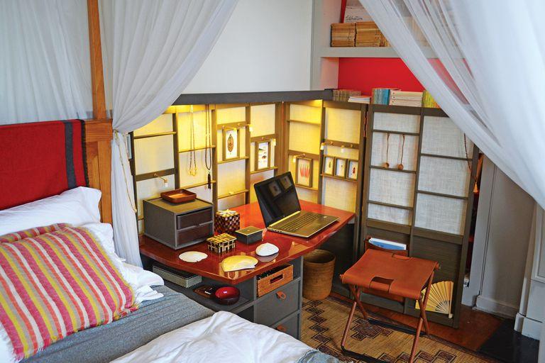 Un dormitorio más funcional con una completa mesa de luz