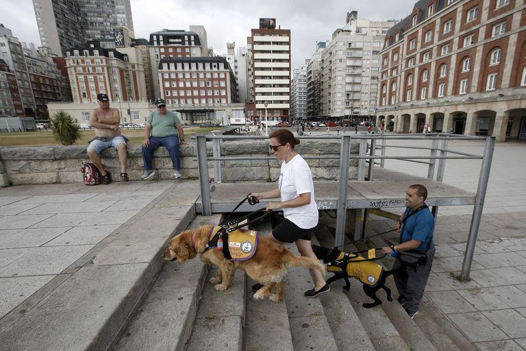 Miguel y María Sol junto a sus perros, Anubis y Canela; los lazarillos se convierten en los ojos de sus dueños y se enfrentan a todo tipo de barreras