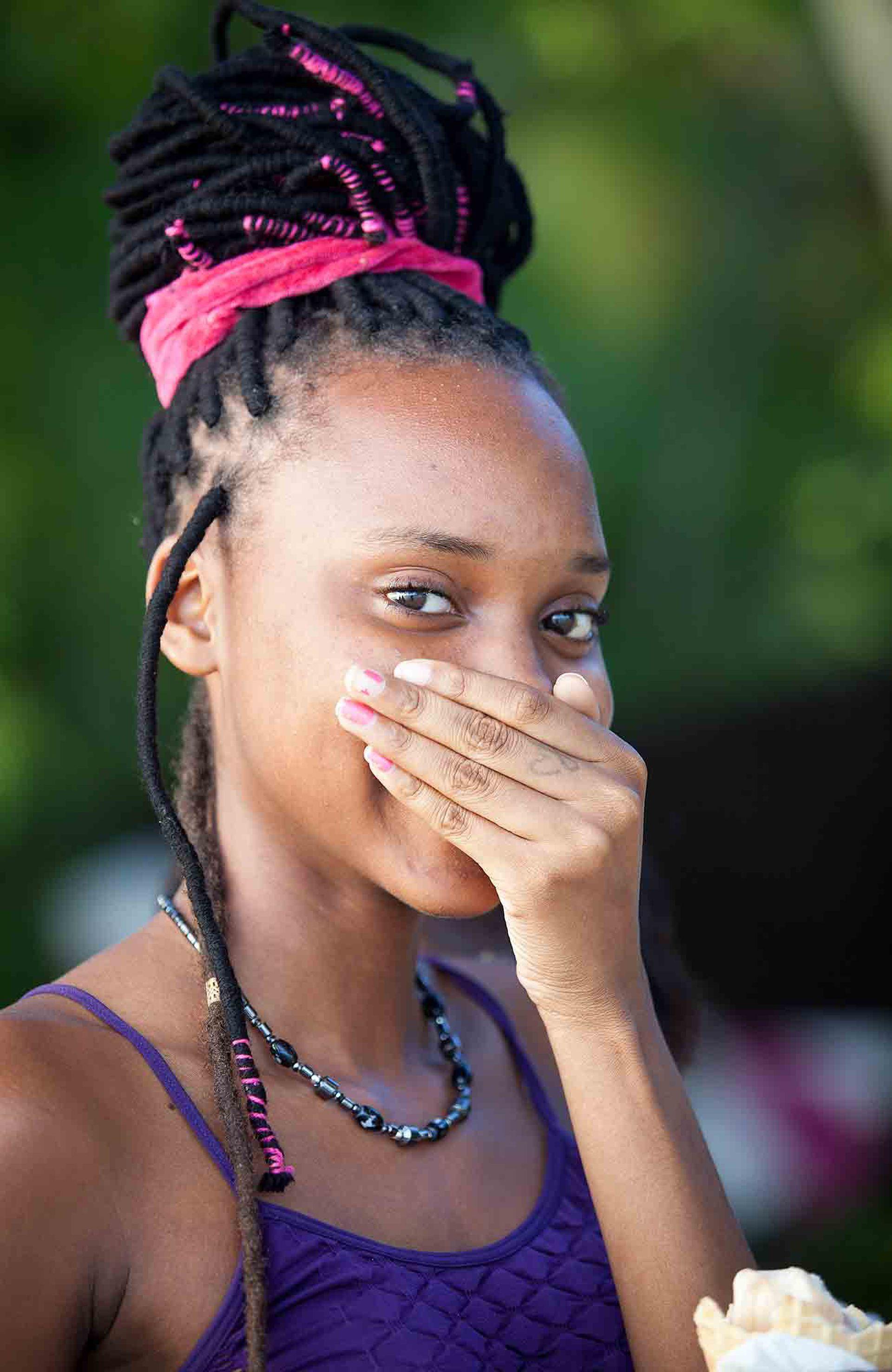 La tímida sonrisa de una joven local.