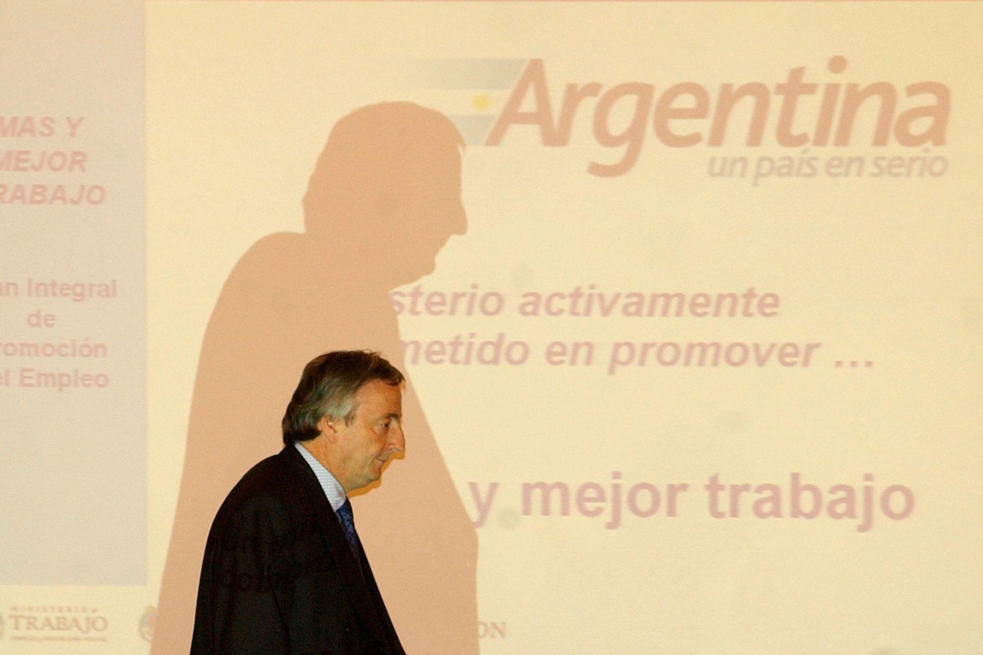 En un acto de entrega de planes Trabajar en el Salón Blanco de la Casa Rosada, en 2003
