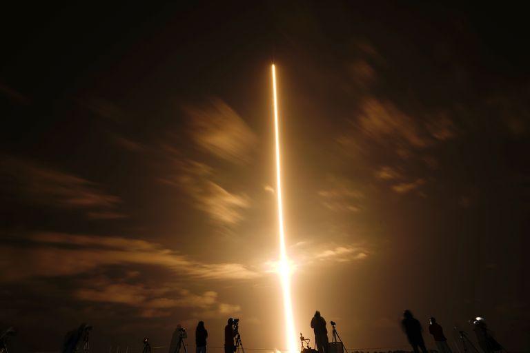 El cohete SpaceX Falcon 9 con la cápsula espacial Crew Dragon despega desde la plataforma 39A en el Centro Espacial Kennedy en Cabo Cañaveral