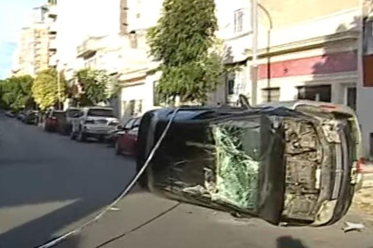 Una mujer chocó, volcó y mordió a un policía