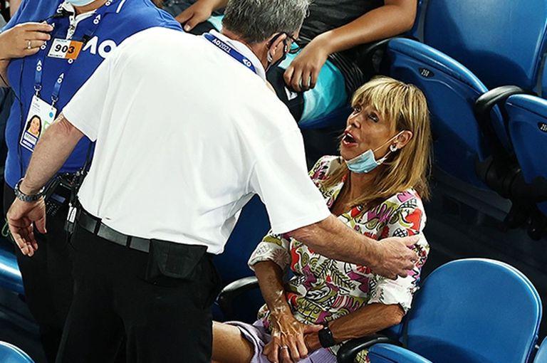 La señora, invitada a retirarse del estadio.