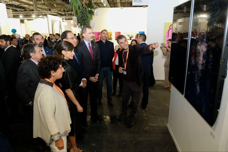 Los reyes de España dialogaron con Mariano Sardón en el stand de la galería Ruth Benzacar