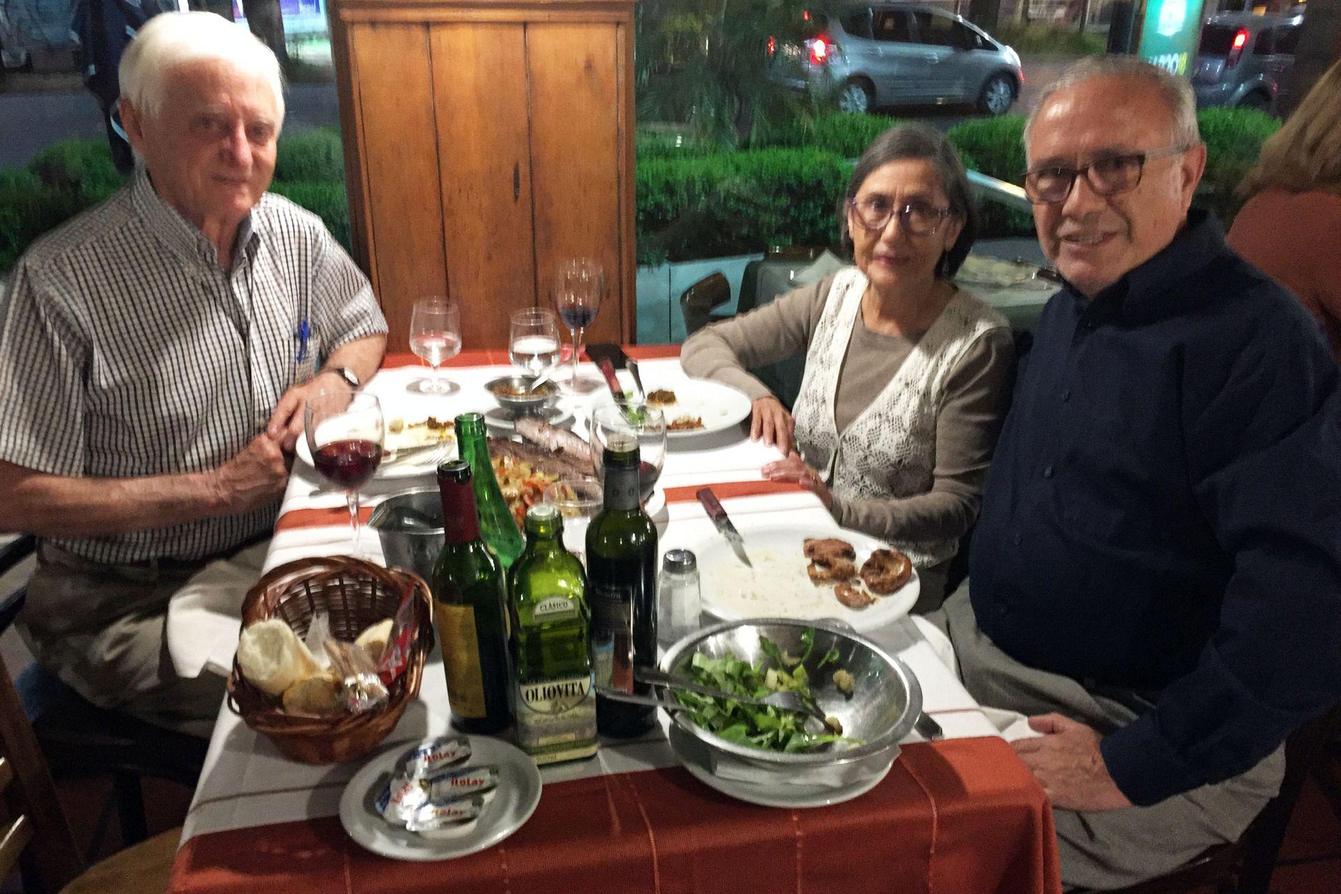 Junto a su amigo Art de la embajada y su mujer, en una visita al país.