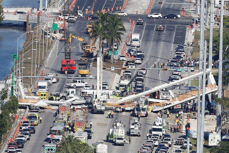Derrumbe de un puente en Miami: ascendió a seis el número de muertos