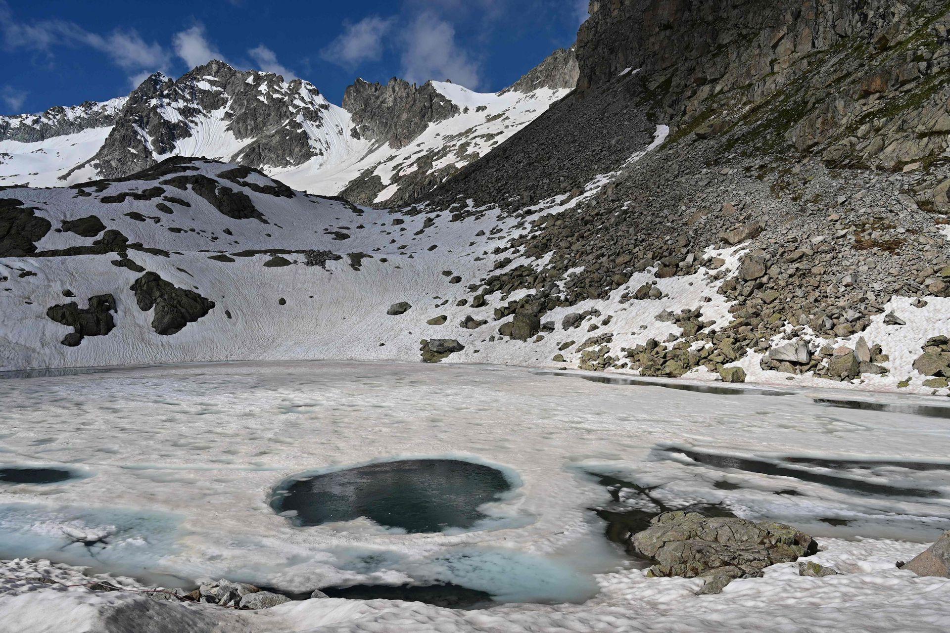 Italia: cubren un glaciar con tela para evitar que se derrita