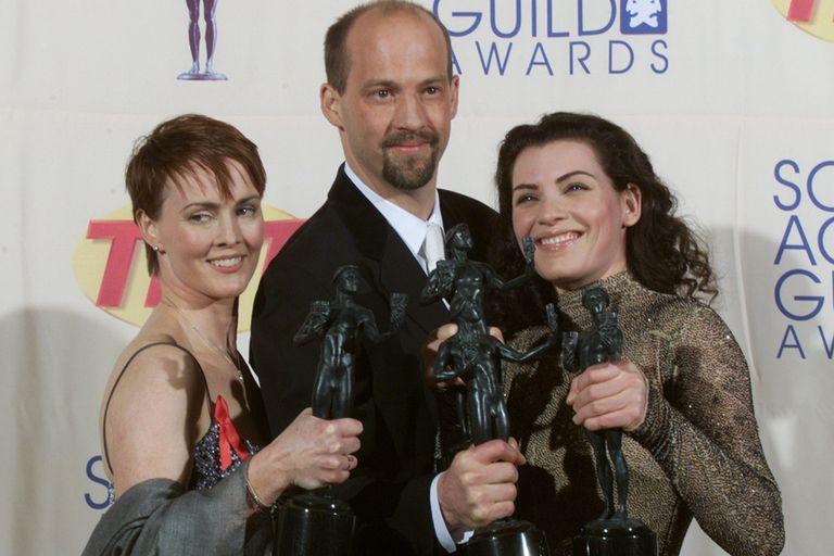 Felices. El elenco de ER galardonado por el sindicado de actores en 1999.