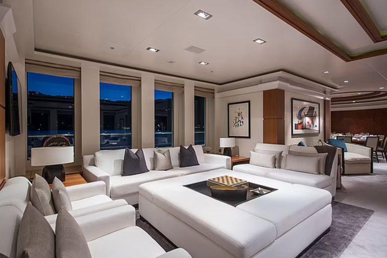 Un amplio living comedor con grandes ventanas y mucha iluminación se convierte en uno de los ambientes más queridos del barco