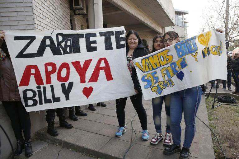Familiares y amigos de Daniel Oyarzún llevan carteles para apoyar al carnicero
