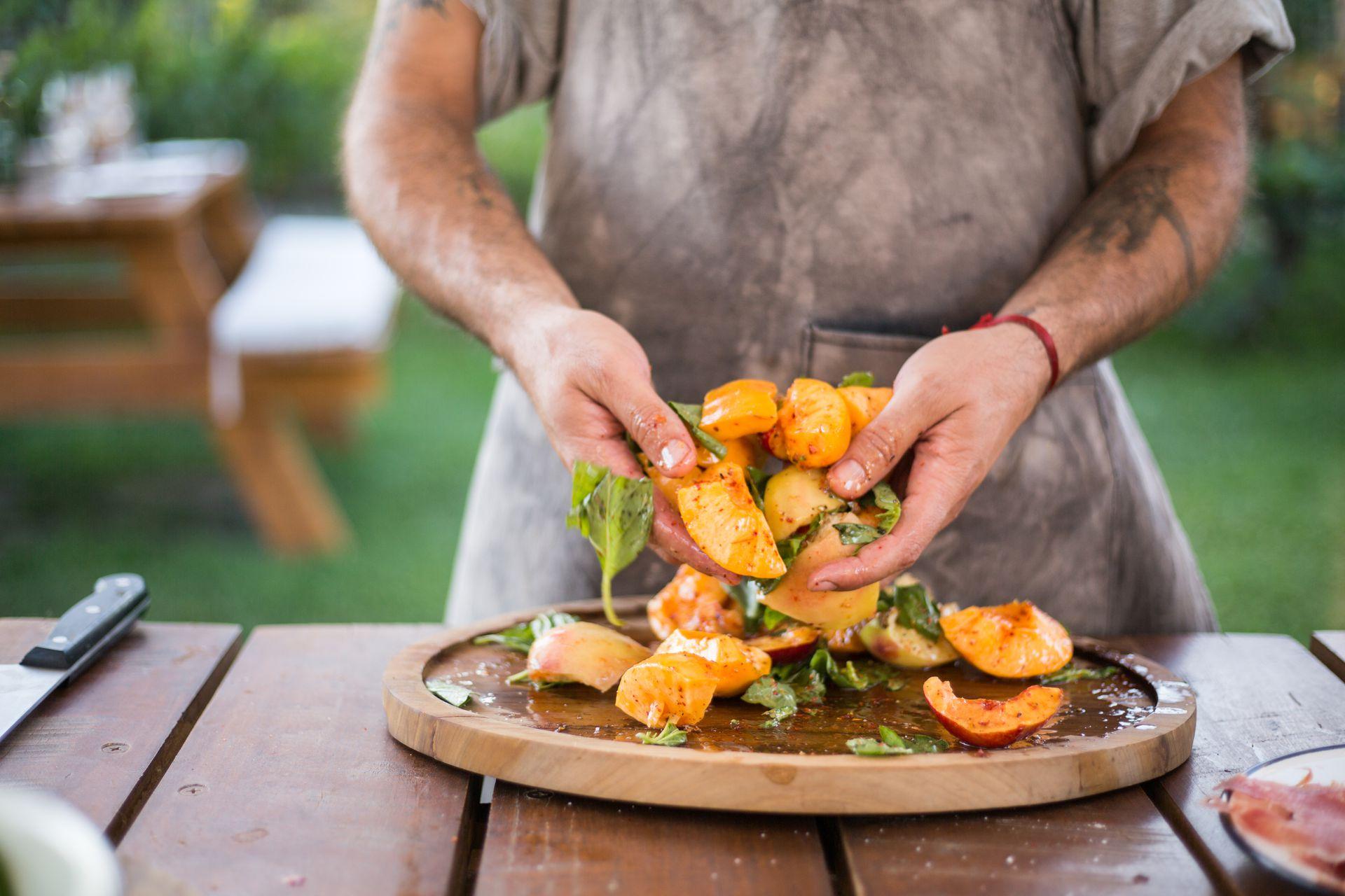 Un clásico de los restaurantes de Francis: ensaladas con frutas de estación, frutos secos, hierbas y quesos.