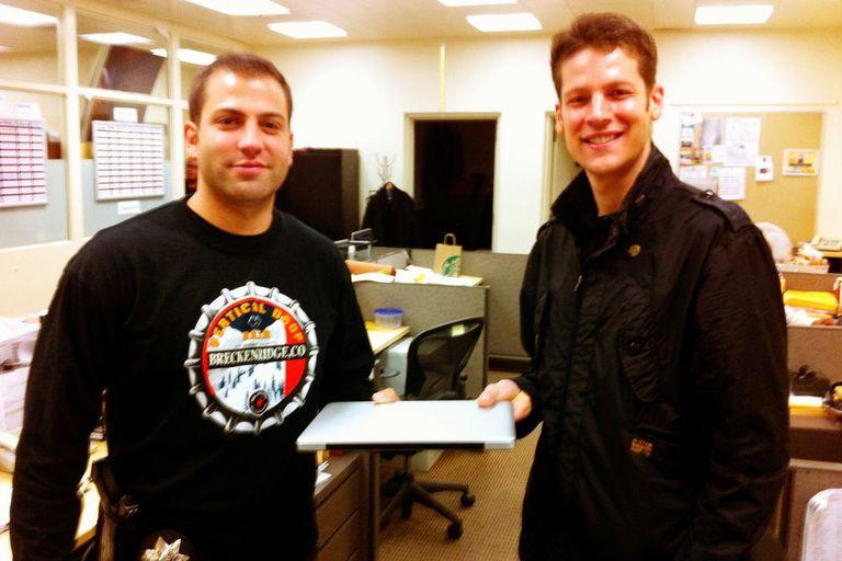 Joshua Kaufman recibe su MacBook en el departamento de policía