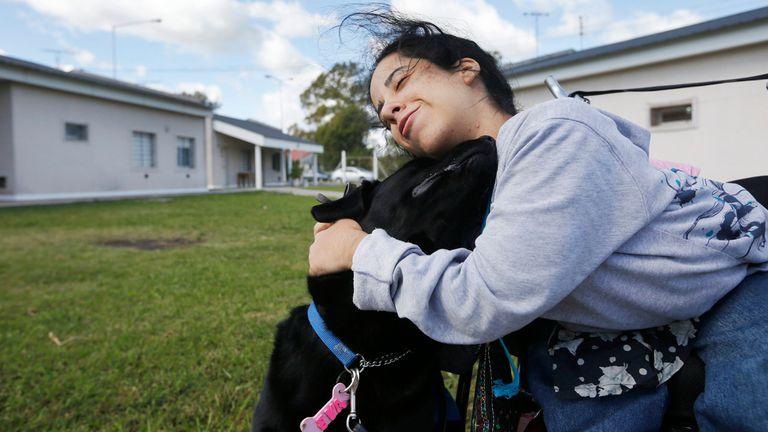 Evelyn junto a Eva, el perro que fue entrado por internas de la cárcel de Ezeiza