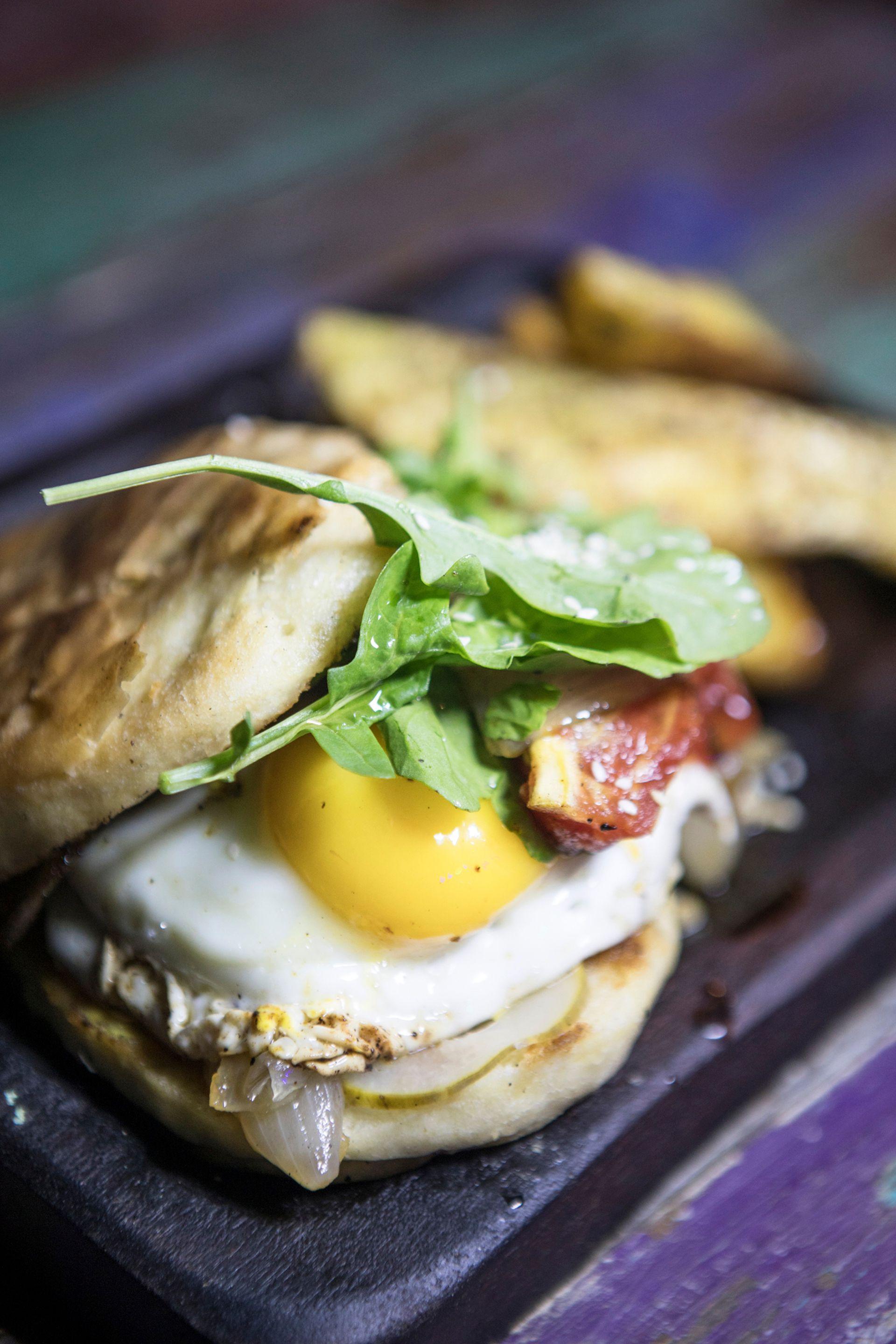 """""""Traslaburger"""" (carne, pepinillos, cebolla asada, tomate, huevo frito y queso) en Croa la rana."""