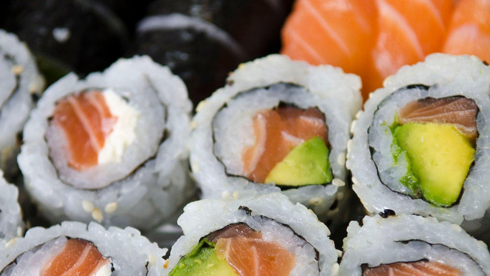 La moda del sushi aumentó considerablemente el consumo de pescado pero con el salmón como monopolio. La especie exótica introducida por empresas noruegas en Chile y producida de manera industrial es figurita repetida en las cartas de toda Argentina.
