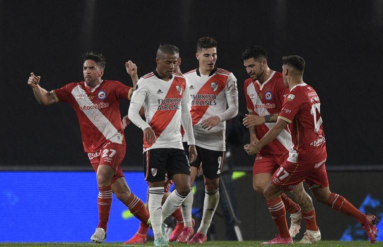 Gabriel Hauche celebra el 1 a 1 ante River en el Monumental, en la ida de la serie de octavos de final por la Copa Libertadores.