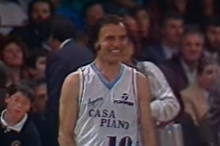 Carlos Menem se dio el gusto de jugar el básquet en el Luna Park