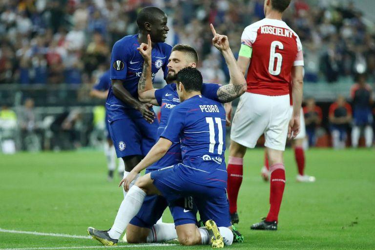 Olivier Giroud, autor del primer gol del partido, festeja junto a Pedro y a Kanté.