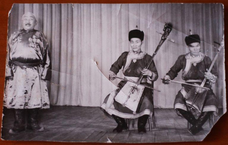 Una fotografía antigua en la que se ve, en el centro, a Gomborodj (el padre de Erdenebaatar) y, a su izquierda, a Dauga (el primer maestro de Erdenebaatar)