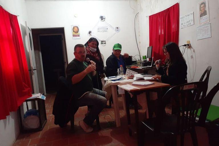La radio de la Escuela Cacique Francisco Supaz fue armada con piezas prestadas por toda la comunidad; transmite en FM y por Internet