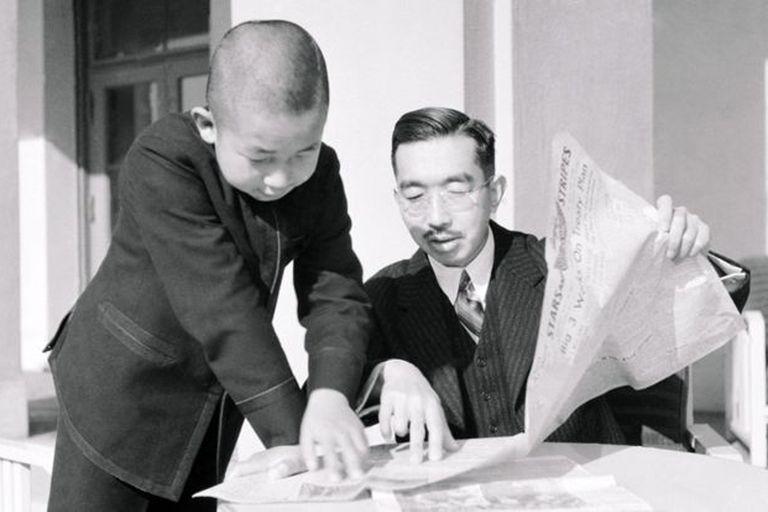 El emperador Hirohito y el príncipe Akihito leyendo la prensa