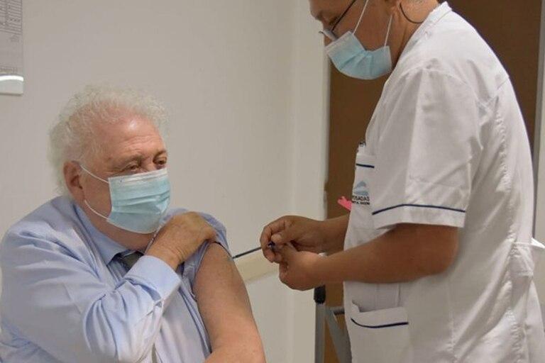 El ministro Gines González García se vacuna con la Sputnik V