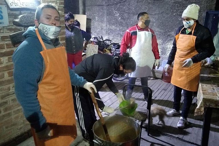 Luego del robo, los voluntarios siguieron con la preparación de comidas para los vecinos del barrio Buenaventura