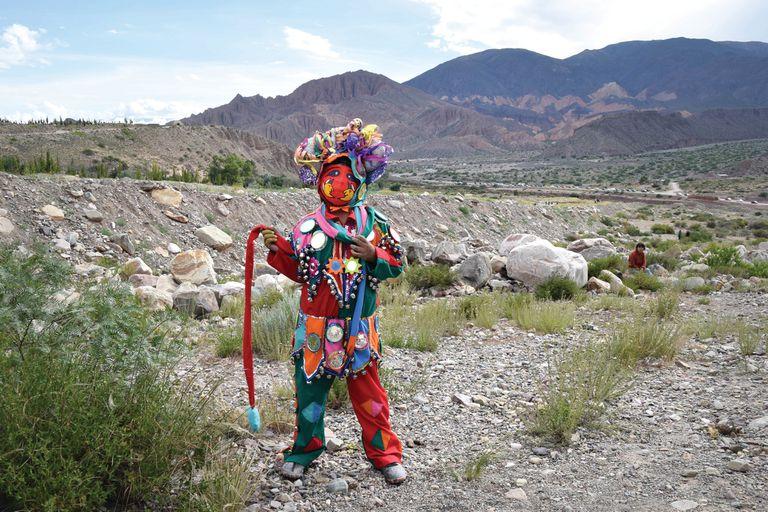 Trajes coloridos con espejitos y máscaras para la Fiesta de Carnaval.