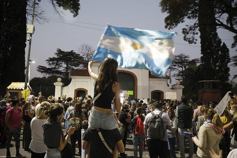 Protesta y bocinazos en la Quinta de Olivos por la suspensión de clases