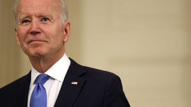Joe Biden anunció este miércoles que su gobierno respaldará las negociaciones para suspender temporalmente los derechos de propiedad intelectual sobre las vacunas contra el covid-19.