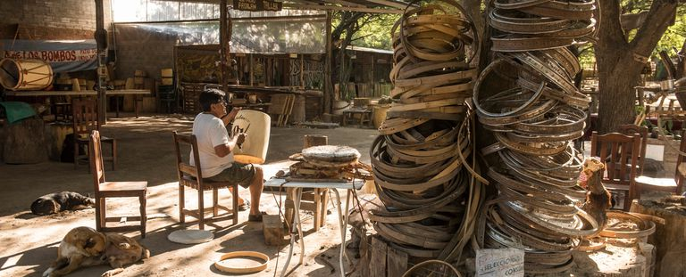 Indio Froilán: el luthier santiagueño de los bombos de Shakira y Chayanne