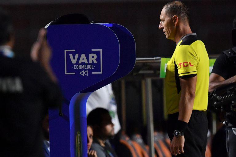 El VAR, protagonista: micrófonos abiertos y una idea que llegaría del rugby