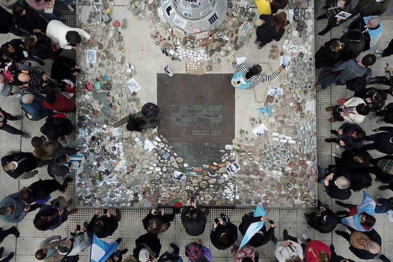 Reclaman en la Justicia que el Gobierno devuelva las piedras de la marcha por las víctimas del Covid-19