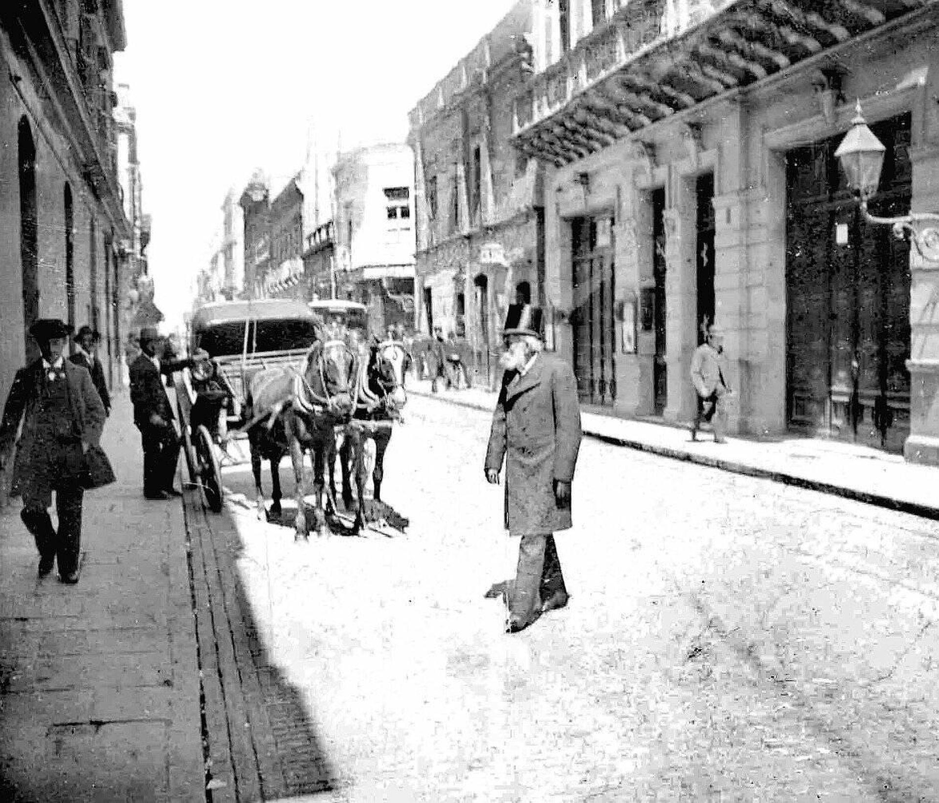 Carlos Tejedor caminando por las calles de Buenos Aires cuando era Diputado en 1897.