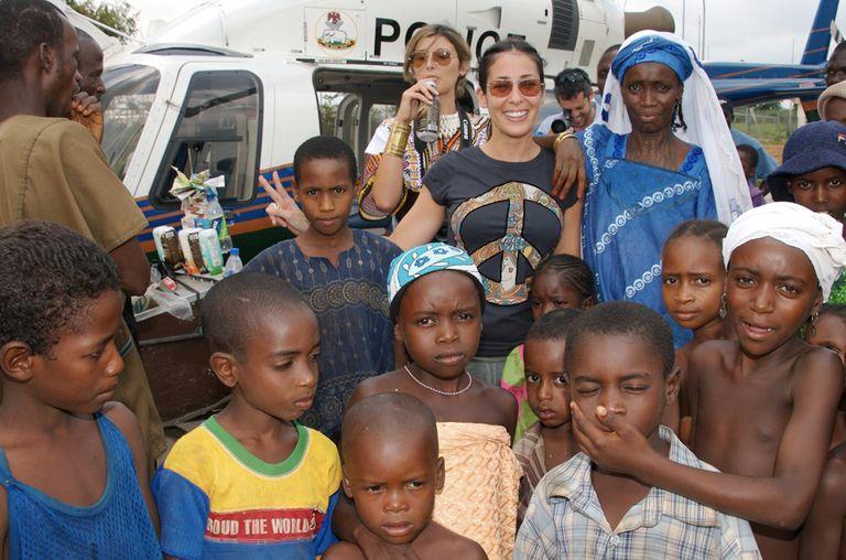 Soledad Grognett con un grupo de niños nigerianos.
