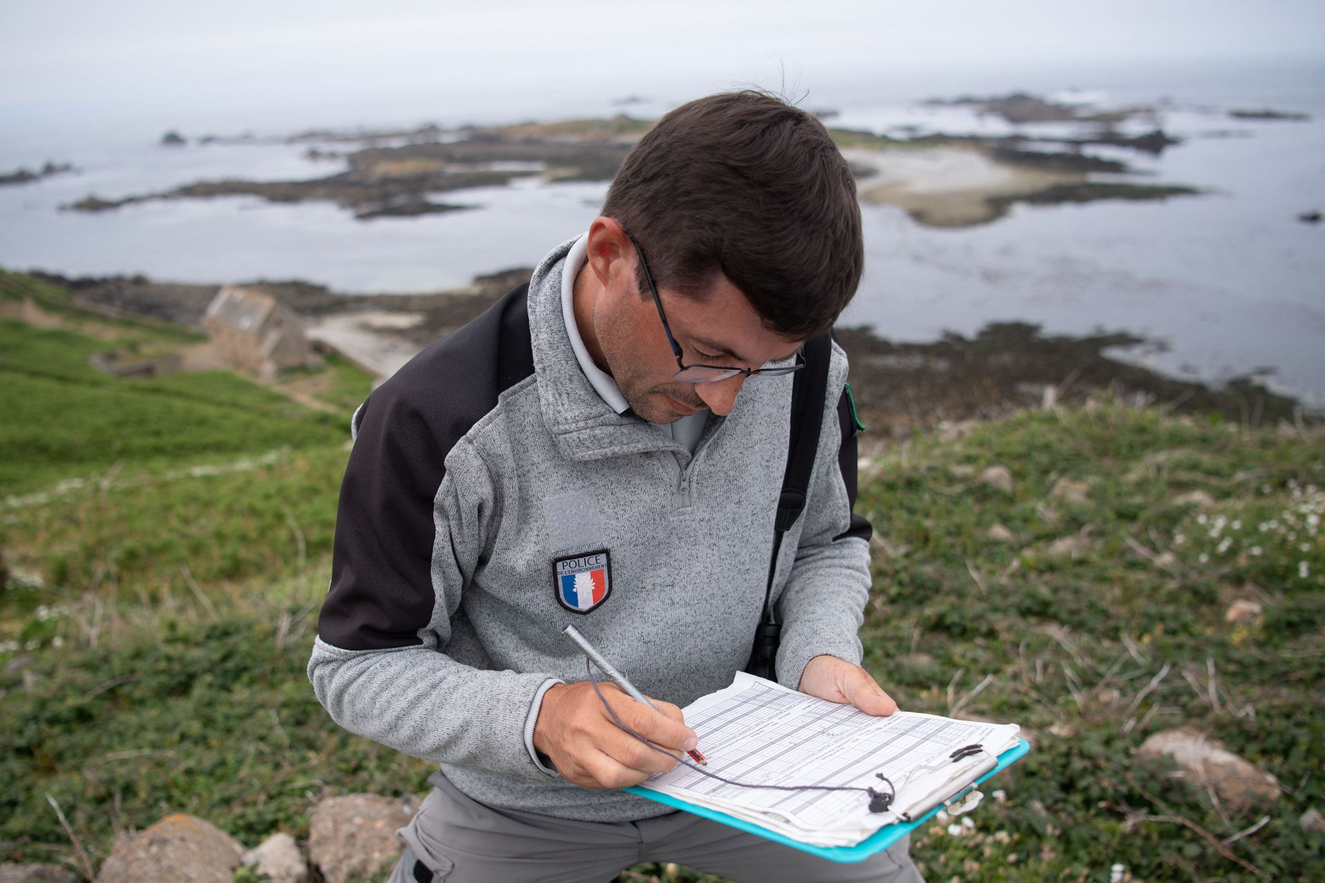 """El policía ambiental del santuario natural nacional """"Sept-iles"""" (Siete Islas) Pascal Provost verifica los datos en la isla """"Ile aux Moines"""" frente a Perros-Guirec, en Francia"""