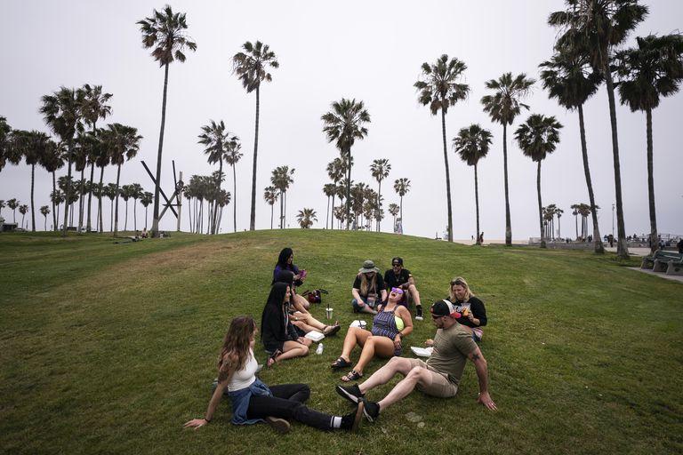 Un grupo de amigos ya vacunados contra el coronavirus pasan el rato en Los Ángeles.