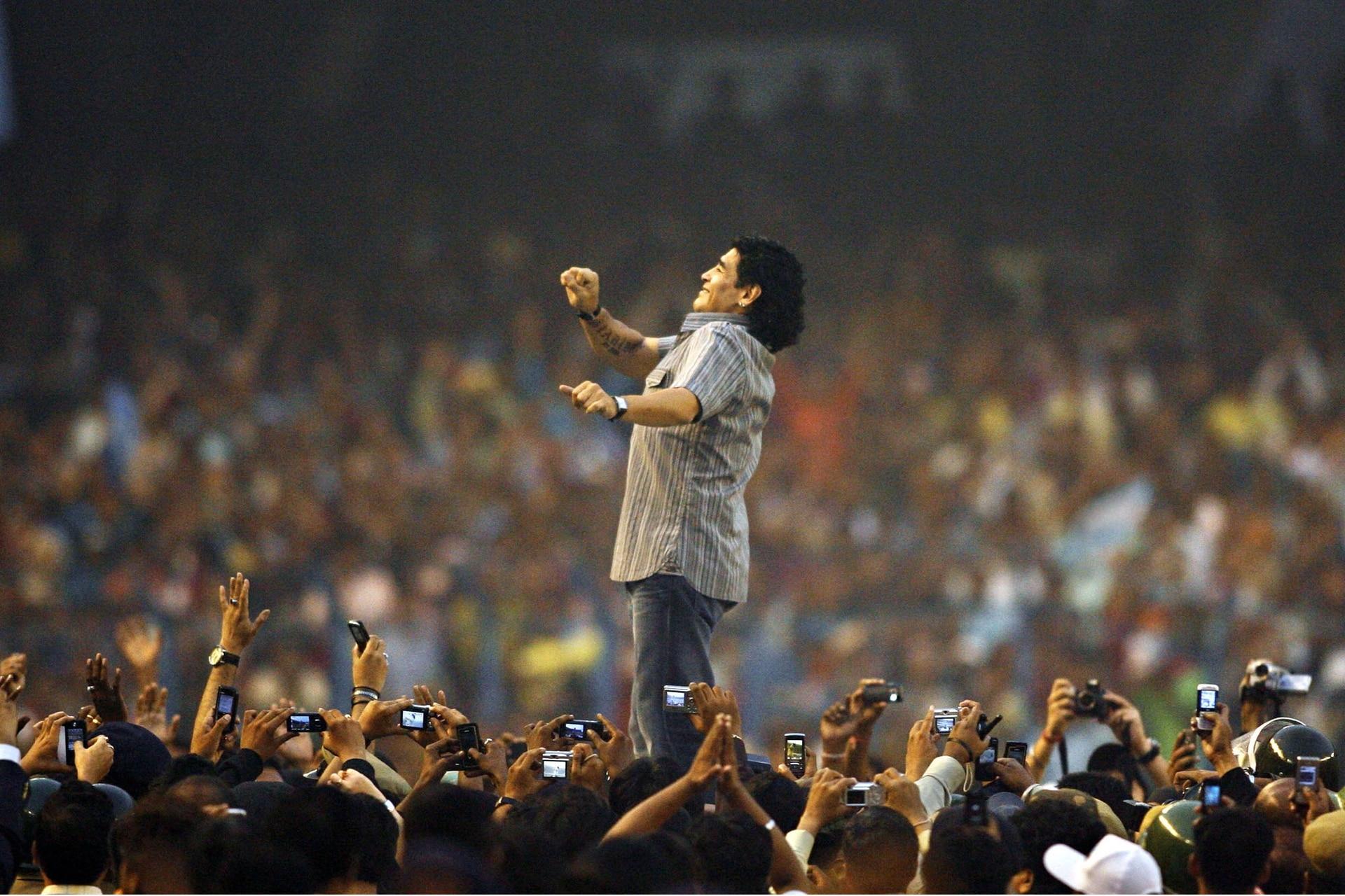 Diego Maradona en 2008, en Calcuta, en la India, en el foco de una multitud