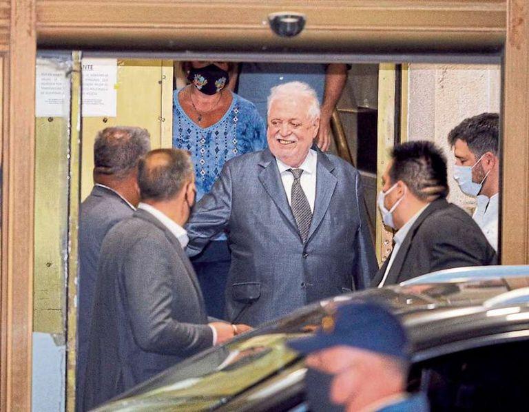 Ginés González García, el viernes, al salir del Ministerio de Salud tras el escándalo; casi todo su equipo estaba vacunado