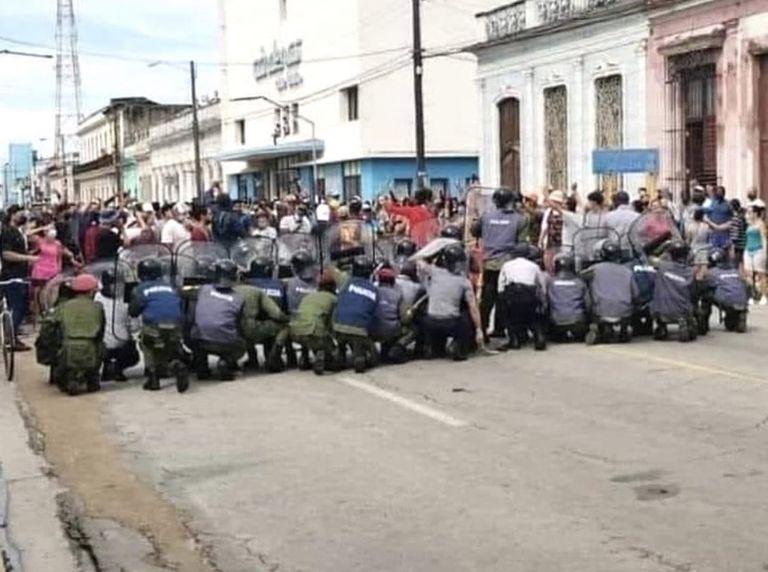 En medio de las protestas cubanas, hubo enfrentamientos con la policía.