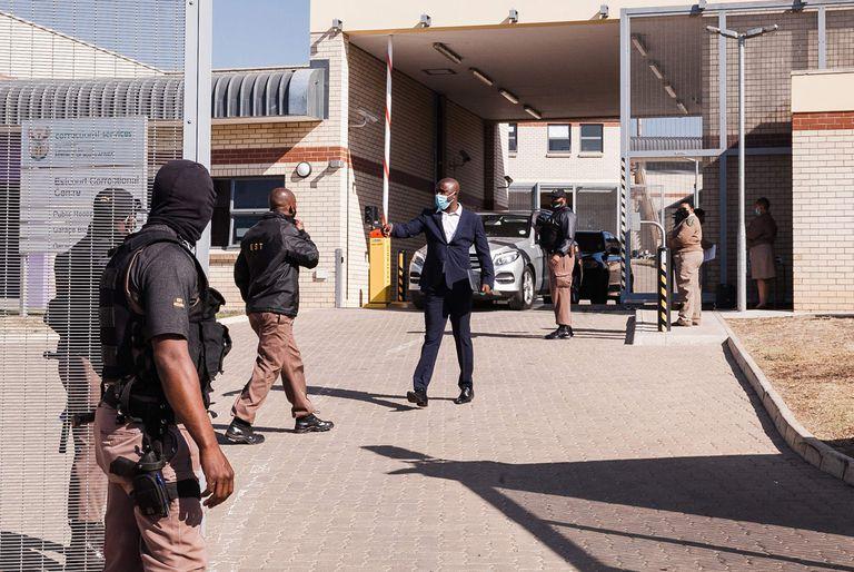 Oficiales en la cárcel de Estcourt, donde el expresidente Jacob Zuma permanecerá en prisión por 15 meses (Foto por RAJESH JANTILAL / AFP)