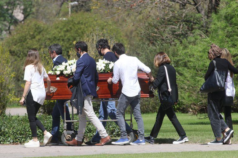 Familiares cercanos de Serrano se acercaron hasta el Jardín de Paz de Pilar para despedirla