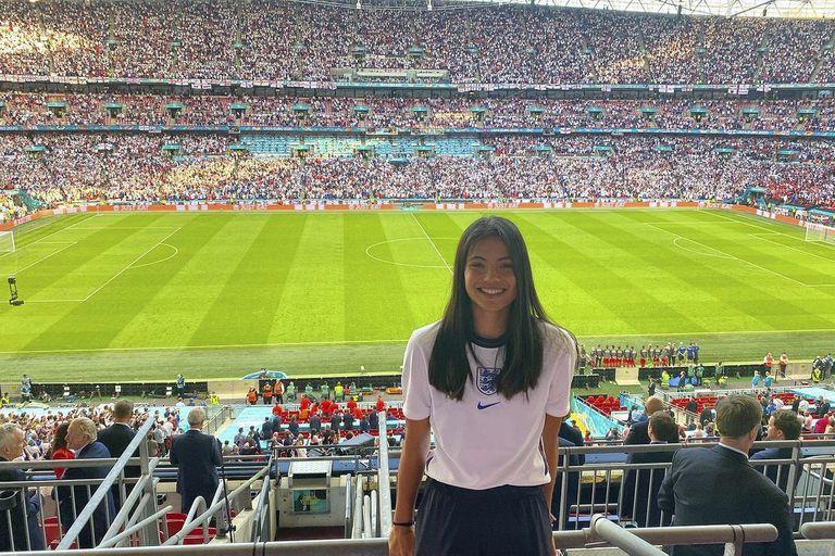 Emma Raducanu viendo la Euro de fútbol en Wembley, alentando a Inglaterra