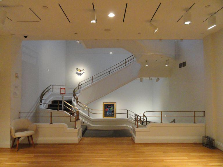"""Una espectacular escalera inspiró la muestra de Marley Dawson, con esculturas cinéticas que acentúan su configuración en espiral. La exposición """"Intersections"""" es parte de las propuestas por el centenarios de la Phillips Collection"""