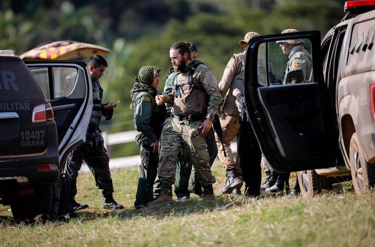 Policías participan en un operativo para capturar a Lázaro Barbosa, sospechoso de asesinatos en serie, en Cocalzinho de Goias, Brasil