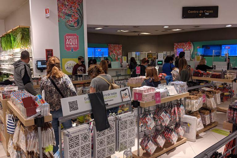 Los clientes se volcaron a la tienda de Falabella en Unicenter a la caza de oportunidades en la liquidación final